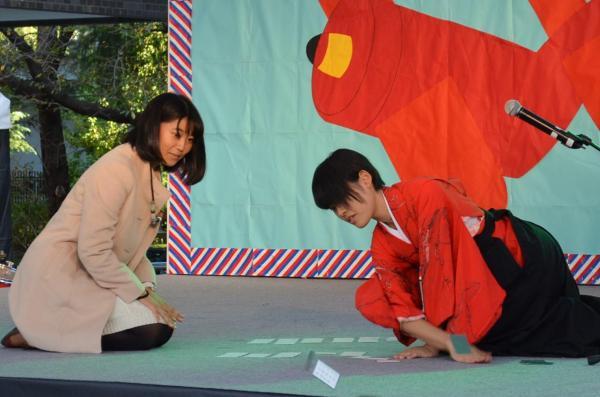 競技カルタの演舞をする鈴木晶子さん