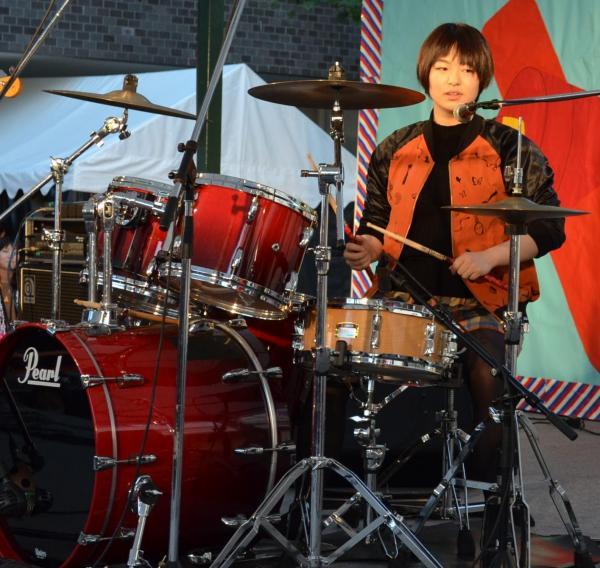ドラム演奏と歌で自己PRする岡田理加さん