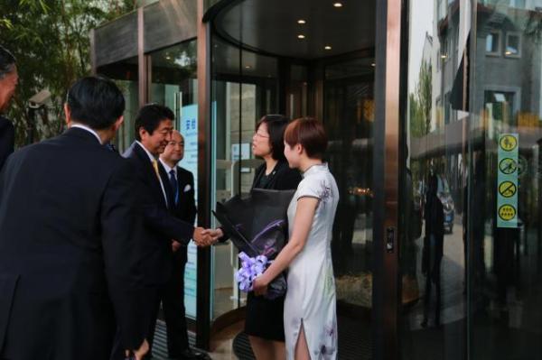 シェラトン杭州湿地公園リゾートが安倍首相を迎え入れるホテルスタッフ