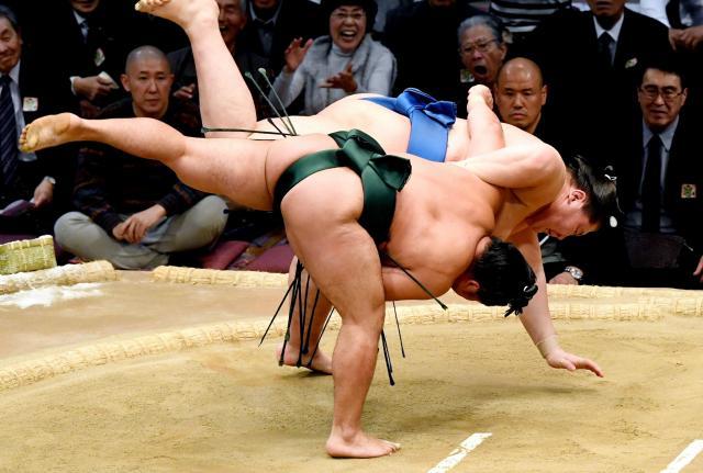 石浦(手前)は下手投げで逸ノ城を破る=長沢幹城撮影
