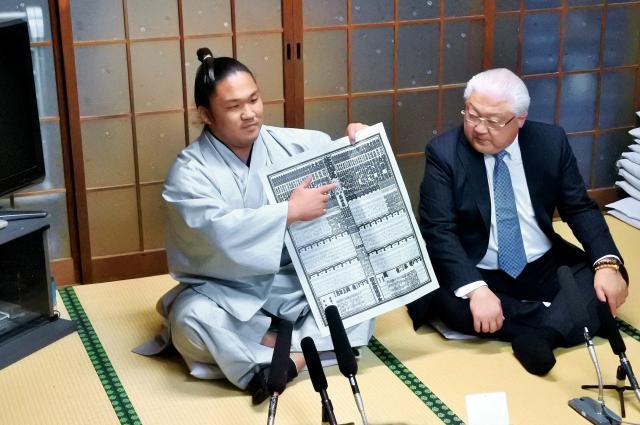 新入幕を果たした会見する石浦(左)=福岡県篠栗町の宮城野部屋