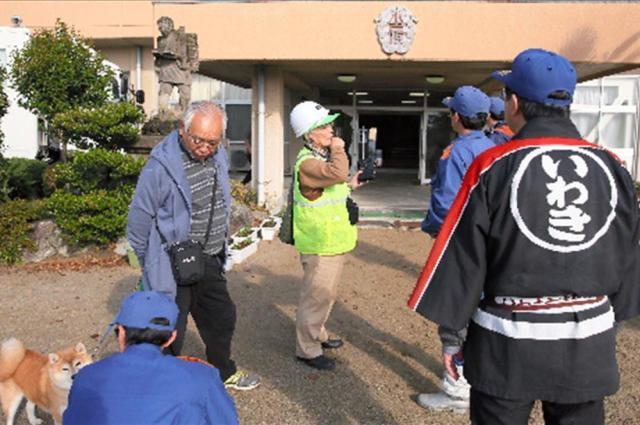 津波警報で小名浜第二小学校に避難した人たちに声をかける消防団員ら=2016年11月22日、福島県いわき市、西畑志朗撮影