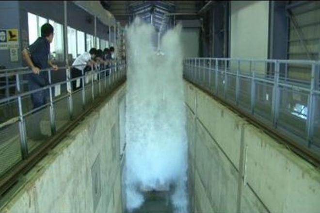 津波の再現実験=港湾空港技術研究所提供