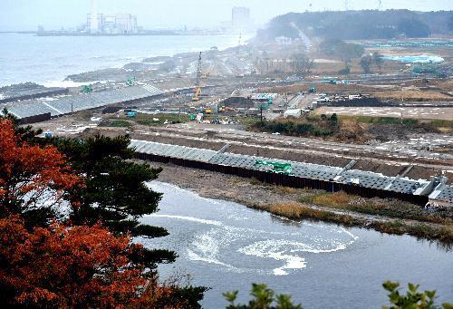 津波の影響か、福島県楢葉町の木戸川河口では、水面が渦巻き逆流していた=2016年11月22日、福留庸友撮影