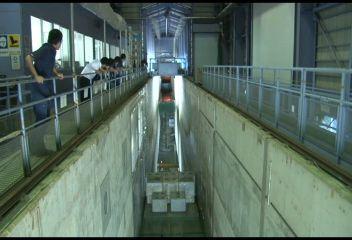 「大規模波動地盤総合水路」での津波の実験映像(波の高さ2メートル)=港湾空港技術研究所提供