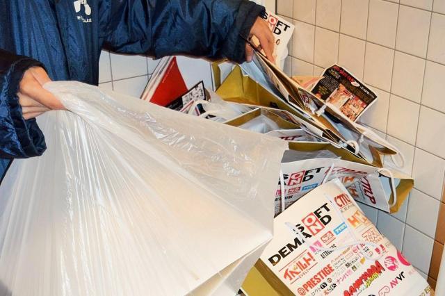 ゴミを回収するスタッフ