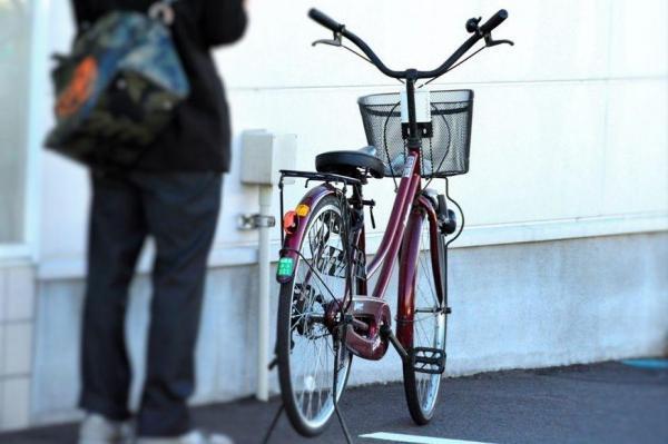 典型的なカマハンの自転車。サドルが低い=福井市