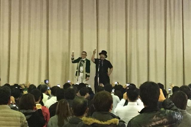 「ルネッサーンス!」と同時にスマホで撮影される2人=サンミュージック提供