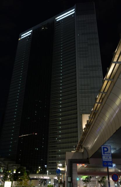 過労自殺問題を受け、午後10時に一斉消灯するようになった電通本社ビル=10月24日午後11時58分、東京都港区、角野貴之撮影