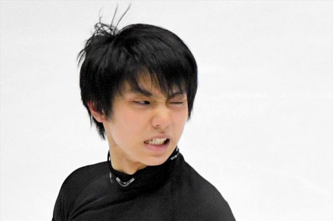 練習の滑りで納得のいかない表情の羽生結弦=2016年11月25日、白井伸洋撮影
