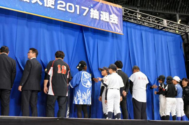 抽選会の様子。誰の手だろう……=札幌ドーム