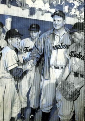 300勝したトンボユニオンズのヴィクトル・スタルヒン投手と握手する浜崎真二監督(左)=1955年9月4日、京都・西京極球場で