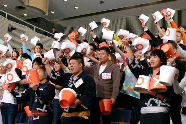 おなじみのフレーズ「イエ~ス!」「ノ~!」をはりあげる出場者たち=名古屋市中区