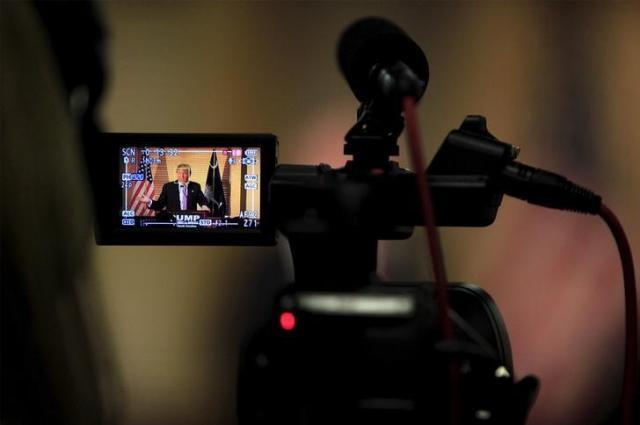 トランプ氏の演説を撮影するビデオカメラ=2016年2月15日、ロイター