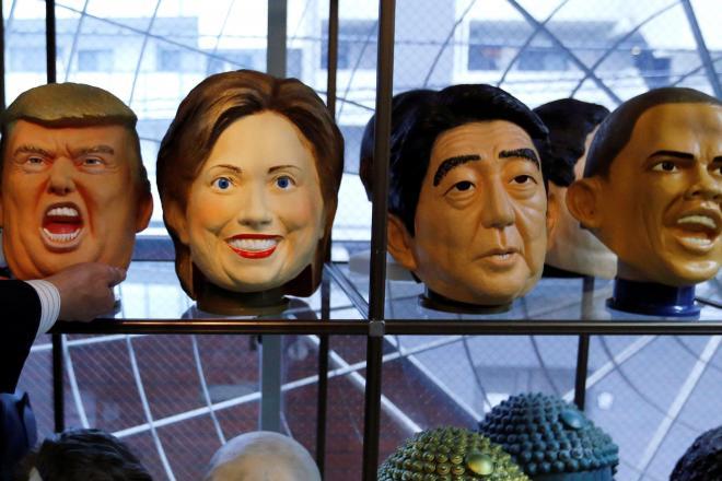 埼玉県のパーティーグッズメーカーで展示されているトランプ氏、クリントン氏、安部氏、オバマ氏のマスク=ロイター
