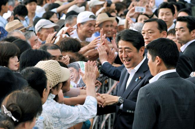 参院選候補者の応援に訪れ、支持者と握手をする自民党の安倍氏=2016年6月22日