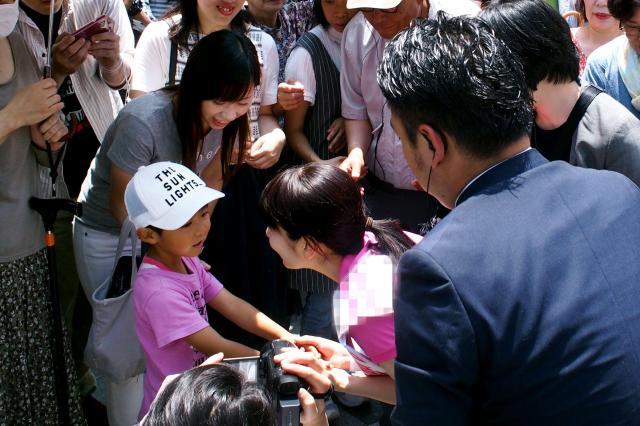 街頭演説の後、支持者らに囲まれ、握手する候補者=2016年6月26日、福岡市博多区