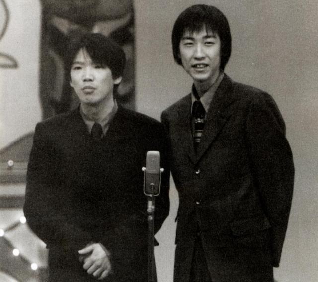 NHK上方漫才コンテストで最優秀賞に選ばれた時のハリガネロック。右がおおうえくにひろさん、左がボケ担当のユウキロックさん=1997年