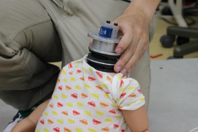 人形の頭部に特殊なセンサーが仕込まれている