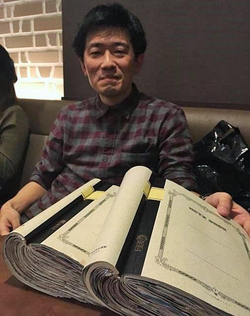 スクラップブックを披露する「妄想スクラップ職人」こと遠藤文裕さん