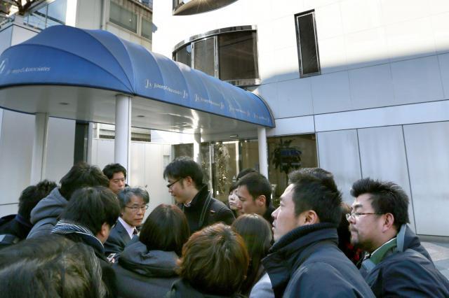 新年から芸能関係者を騒然とさせた「SMAP」解散報道。ジャニーズ事務所の前に集まった報道関係者=2016年1月13日、東京都港区、杉本康弘撮影