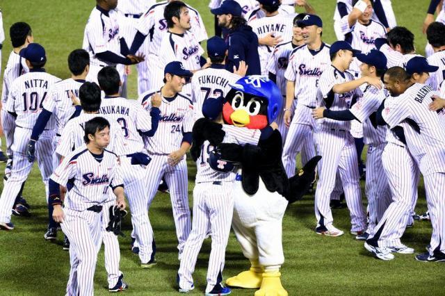 2015年10月2日、リーグ優勝が決まり石川と抱き合うつば九郎=井手さゆり撮影