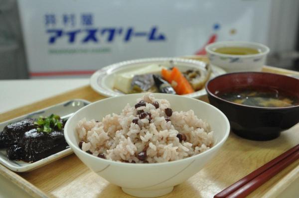 社食で提供された赤飯=2013年