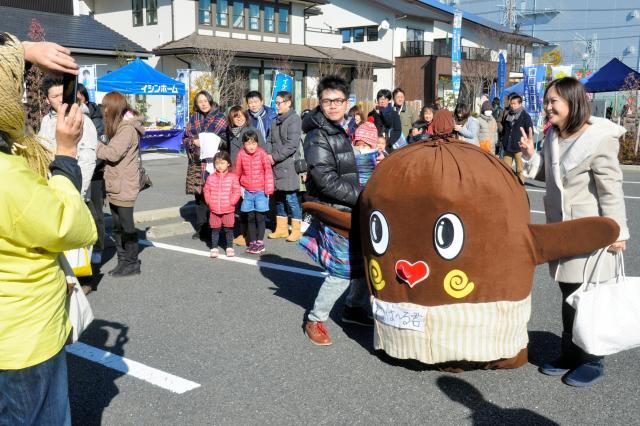 「納豆の妖精」ねば~る君は、茨城県の非公認キャラ。全国区の人気者だ=2015年1月12日、千葉県柏市、照屋健撮影