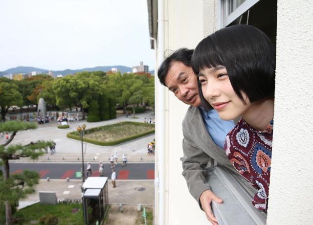 映画「この世界の片隅に」の主演の声を担当した俳優のんさん(右)と広島を訪れた片渕須直監督=上田幸一撮影