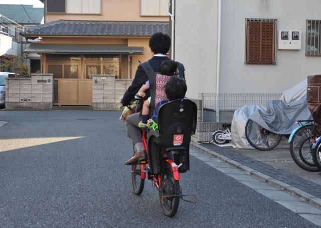 男性の子どもが通う保育園も車での送迎は禁止という=東京都練馬区 ※安全に十分に配慮した上で撮影しています。おんぶ自転車の状況の再現で、実際にこのような状態での登園はしていません