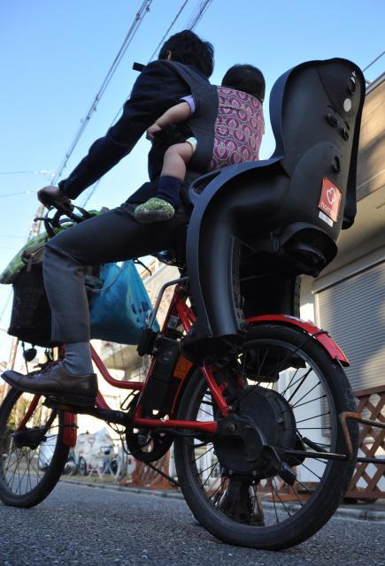 おんぶした四男の頭は地面から1.4メートルほどの高さ=東京都練馬区 ※安全に十分に配慮した上で撮影しています。おんぶ自転車の状況の再現で、実際にこのような状態での登園はしていません