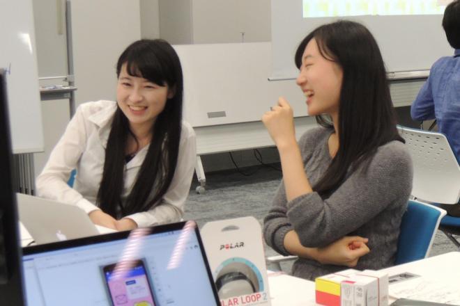 ハッカソンでアイデアを練る東大の女子学生