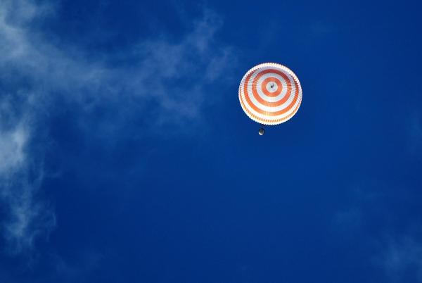 パラシュートを開いて空を舞うソユーズ=2016年10月30日午前、カザフスタン、竹花徹朗撮影