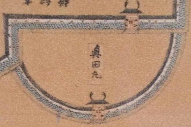 「真田丸顕彰碑」に半円状に描かれている真田丸=大阪市天王寺区役所提供