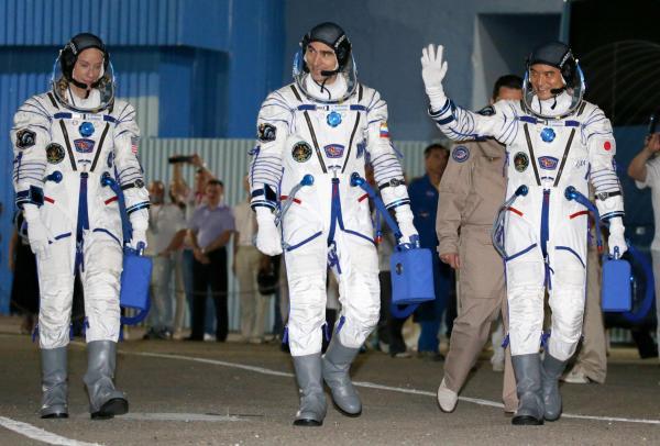 出発式に臨む(右から)大西卓哉飛行士、アナトーリ・イバニシン飛行士、キャスリーン・ルビンズ飛行士=2016年7月7日午前4時39分、カザフスタン・バイコヌール宇宙基地、鬼室黎撮影
