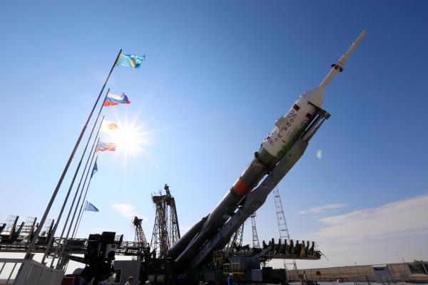 発射に向けて立てられるソユーズロケット=2016年7月4日午後9時33分、カザフスタンのバイコヌール宇宙基地、鬼室黎撮影