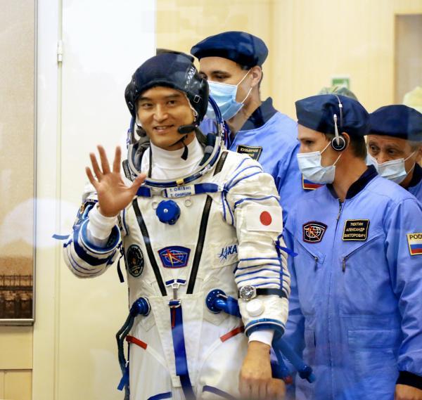 打ち上げを控え、チェックを受けるため宇宙服に着替えた大西卓哉飛行士=2016年7月7日午前3時38分、カザフスタン・バイコヌール宇宙基地、鬼室黎撮影