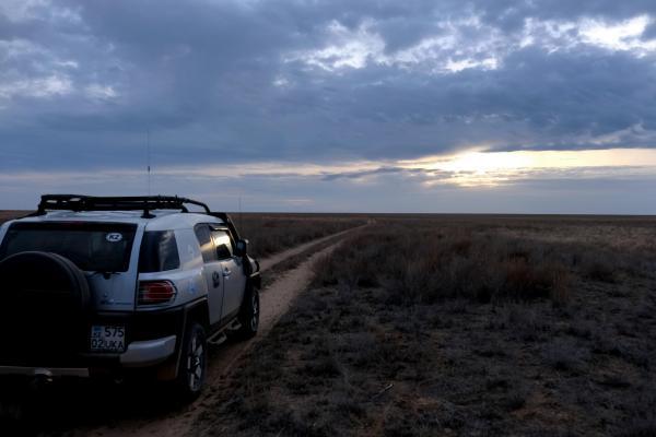 ソユーズ着陸地点へ向かう車=2016年10月29日午後、カザフスタン、竹花徹朗撮影
