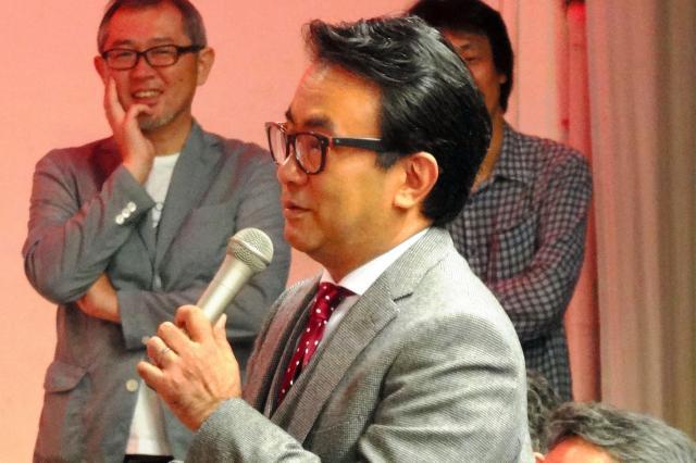 真田丸の記者会見で「壁新聞」の記者に扮して質問する三谷幸喜さん=2015年9月24日