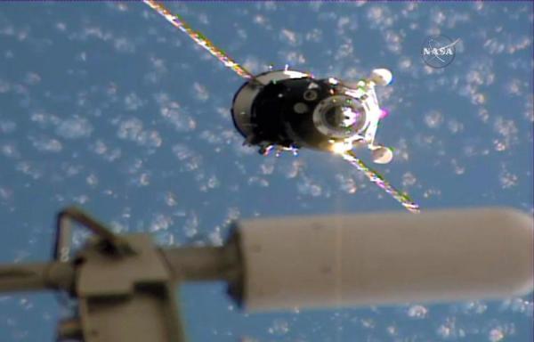 宇宙飛行士の大西卓哉さんを乗せてISS(手前)に向かうソユーズ宇宙船=NASAテレビから