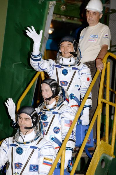 ソユーズ宇宙船に乗り込む大西卓哉飛行士(上から2人目)、キャスリーン・ルビンズ飛行士(同3人目)、アナトーリ・イバニシン飛行士=2016年7月7日午前5時7分、カザフスタン・バイコヌール宇宙基地、代表撮影
