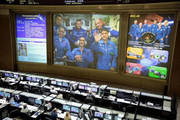 国際宇宙ステーション(ISS)に到着し、地球との交信で手を振って答える大西卓哉飛行士(画面右下)=2016年7月9日午前9時59分、モスクワ郊外のツープ管制センター、鬼室黎撮影