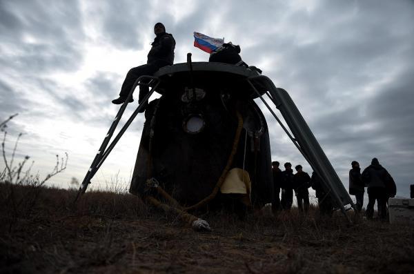 草原に着陸したソユーズ=2016年10月30日午前、カザフスタン、竹花徹朗撮影