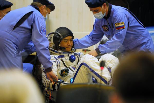 打ち上げを控えて、宇宙服のチェックを受ける大西卓哉飛行士=2016年7月7日午前3時45分、カザフスタン・バイコヌール宇宙基地、鬼室黎撮影