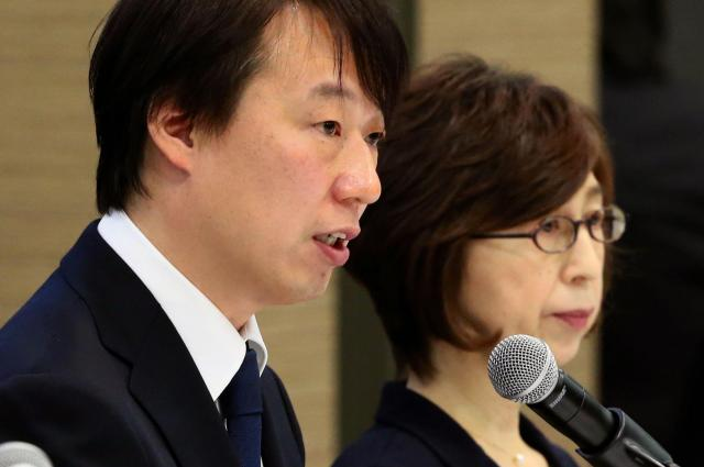 記者会見で、報道陣の質問に答えるDeNAの守安功社長(左)。右は南場智子会長=12月7日午後、東京都渋谷区、関田航撮影