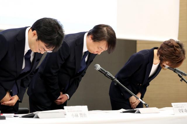 記者会見で、頭を下げ謝罪するDeNAの(右から)南場智子会長、守安功社長、小林賢治経営企画本部長=12月7日、東京都渋谷区、関田航撮影