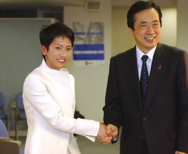 参院選への立候補を表明し、菅直人代表(当時)と握手=2004年