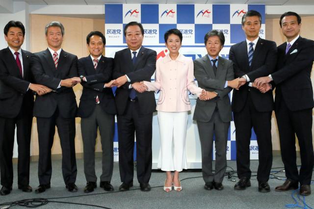 新執行部発足の際はピンクのジャケット姿=9月21日、東京・永田町の民進党本部、岩下毅撮影