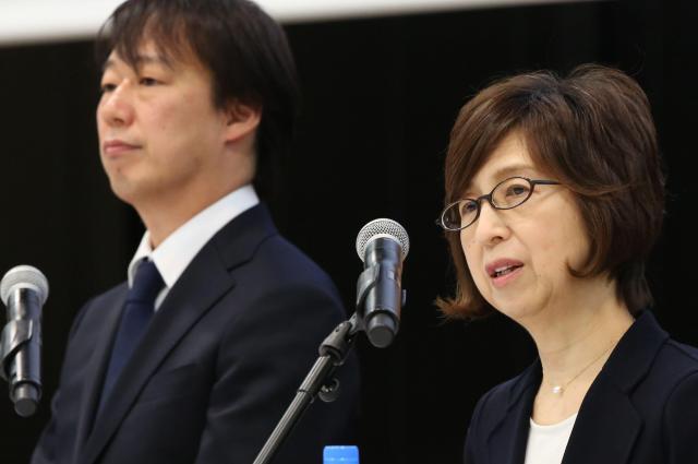 記者会見で、問題となった医療サイト「WELQ」について、サイトを参照したことがないと話すDeNAの南場智子会長(右)。左は守安功社長=12月7日午後、東京都渋谷区、関田航撮影