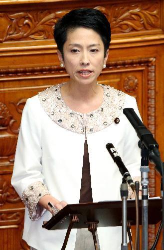 民進党代表として始めて質問に臨む蓮舫さん。やっぱり勝負の白=2016年9月、飯塚晋一撮影